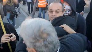 Un empresari agredeix un manifestant davant el Palau de Congressos de Barcelona
