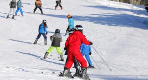 Un grup d'alumnes en una classe d'esquí a l'estació de Port del Comte