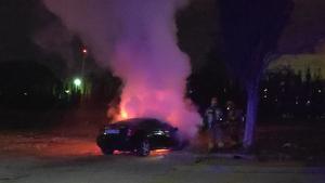 Un vehicle cremant al barri tarragoní de Campclar, en la segona nit d'incendis consecutiva.