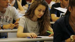 Una alumna fent l'examen de castellà a la selectivitat