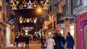 Una imatge del carrer d'Antoni Roig de Torredembarra en època de Nadal.