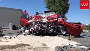 Una joven ha resultado herida de gravedad tras sufrir una colisión contra un camión en Madrid
