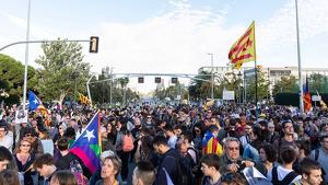 Uns 500 manifestatnts protesten contra el rei davant del Palau de Congressos a Barcelona
