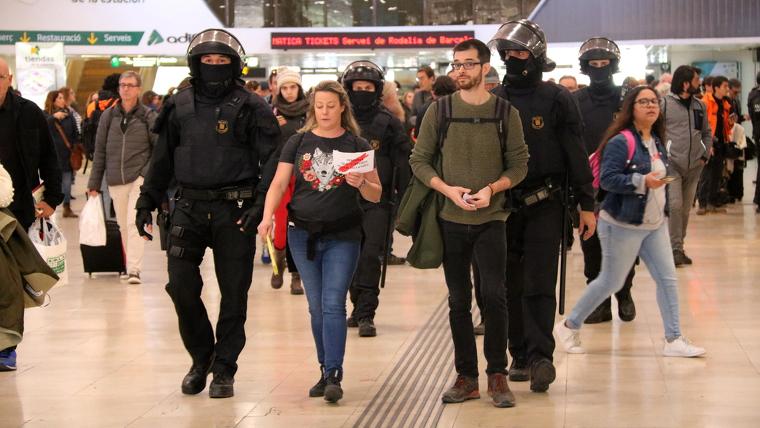 Dues persones evacuades per la policia del vestíbul de l'estació de Sants de Barcelona