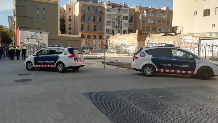 Efectius dels Mossos desplegats a l'estació d'Arc de Triomf de Barcelona