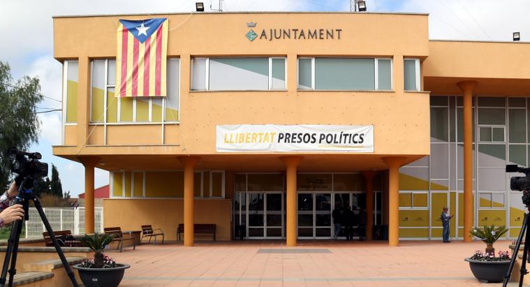 Els mitjans de comunicació davant de l'Ajuntament de Deltebre, on els Mossos fan l'escorcoll