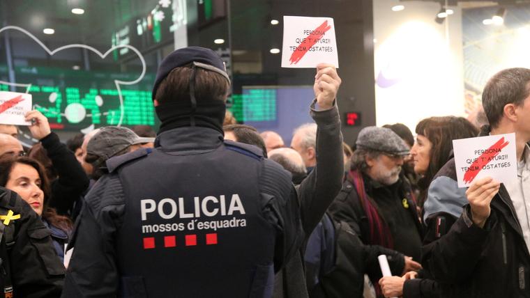 Els Mossos d'Esquadra han encerclat els manifestants que havien acudit al vestíbul de l'estació de Sants