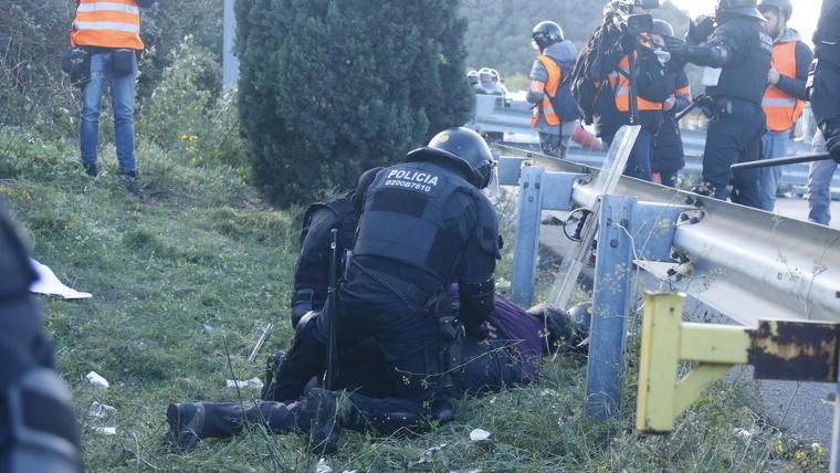Els Mossos immobilitzen un manifestant a La Jonquera