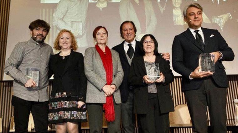 Els premiats Jordi Évole, Sara Berbel, Montserrat Llagostera i Luca de Meo amb la rectora Margarita Arboix