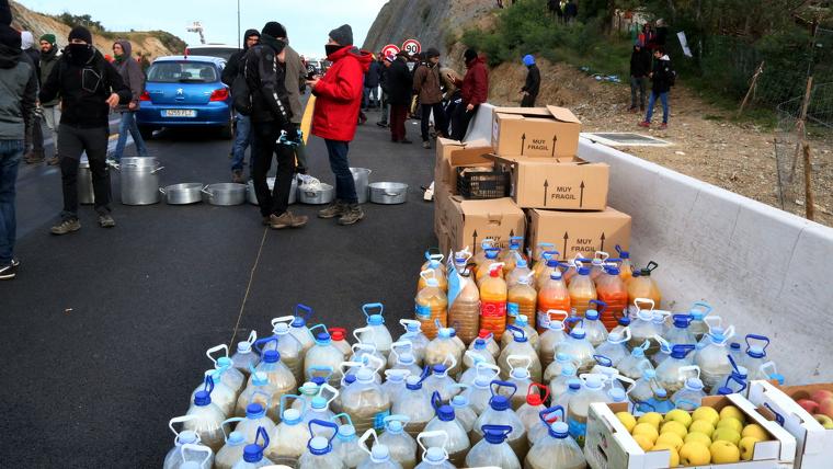 Manifestants independentistes preparen una cuina al mig de l'AP-7 a La Jonquera