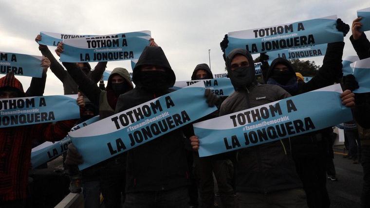 Joves encaputxats del Tsunami Democràtic a la Jonquera