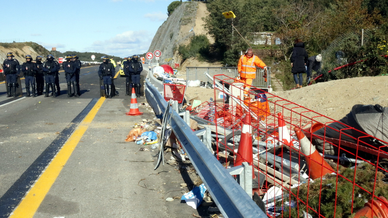 Neteja de l'AP-7 després del tall de Tsunami Democràtic a La Jonquera