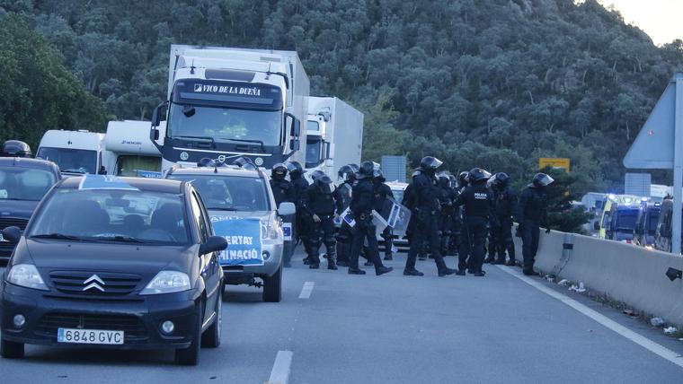 Policia al tall de Tsunami Democràtic a La Jonquera