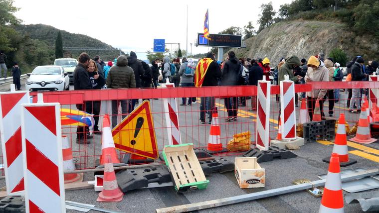 Una barricada feta pels manifestants independentistes al mig de l'AP-7 a La Jonquera