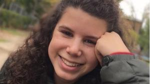 Carla Vigo sonriente en un parque