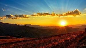 Imatge d'una posta de sol amb un cel gairebé serè