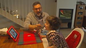 El pare de la Clàudia, la nena de 6 anys amb una malaltia única al món, li dona de menjar