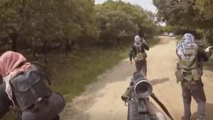 El vídeo mostra imatges de quatre persones amb fusells d'assalt