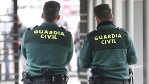Dos agents de la Guàrdia Civil d'esquenes