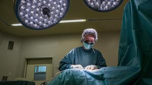 Imatge d'una infermera en un quiròfan hospitalari