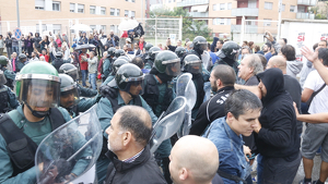 Agents de la Guàrdia Civil actuant contra concentrats favorables al referèndum a Sant Cebrià de Vallalta. (1-oct-17)