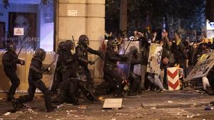 Policia Nacional carregant contra un grup de manifestants durant els aldarulls de la sentència