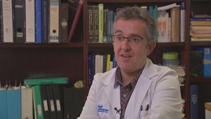 Miquel Raspall, neuròleg pediàtric de l'Hospital Vall d'Hebron, parlant sobre la malaltia única de Clàudia