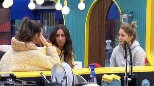 Noemi y Alba Carrillo interrogando a Estela