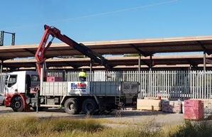 Un camió amb ploma treballa en les tasques de millora de l'estació de Cerdanyola Universitat