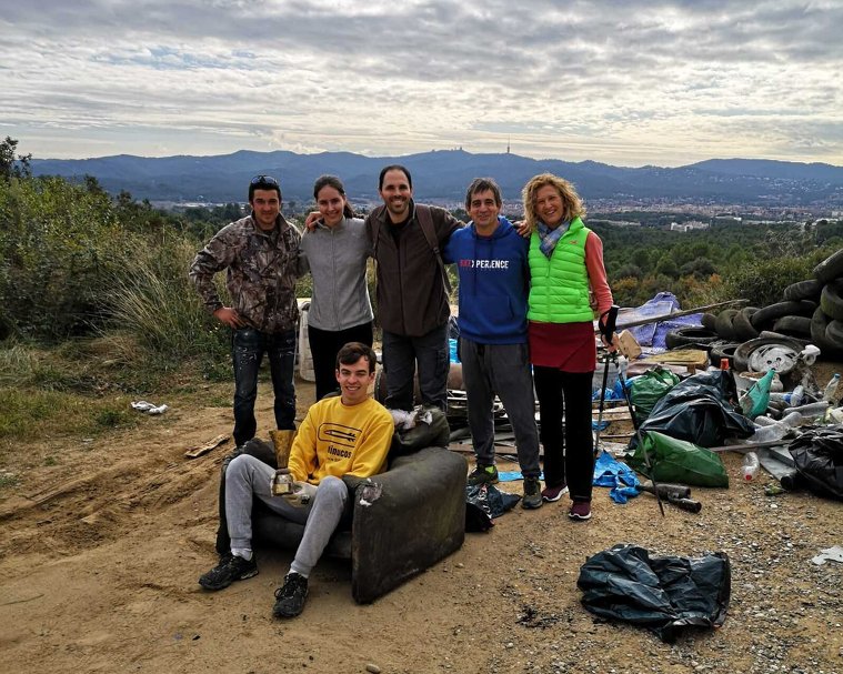 Albert Pantaleoni amb alguns dels voluntaris per la neteja del bosc