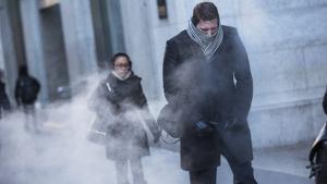Imatge d'unes persones caminant per un carrer un dia de fred de ple hivern