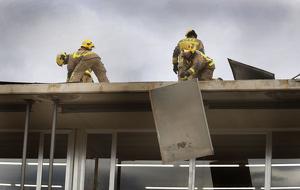 Bombers retira part del sostre de l'escola La Roda