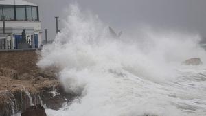 Imagen de un temporal de mar muy duro en la costa mediterránea