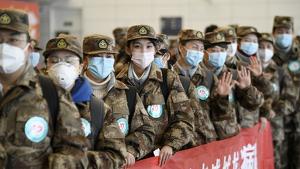 Militars xinesos preparats per volar cap a Wuhan per combatre el coronavirus el gener de 2020