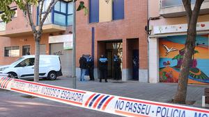 Cordó policial i Mossos d'Esquadra a la porta de l'edifici d'Esplugues on hi ha el domicili on un home ha estat detingut acusat de matar la seva dona i la filla de 3 anys el 6 de gener del 2020.