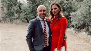 Kiko Rivera e Irene Rosales elegantemente vestidos para asistir a una boda