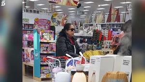 Isabel Pantoja comprando en un bazar chino. Captura del vídeo emitido en 'Sálvame' el 2 de enero de 2019