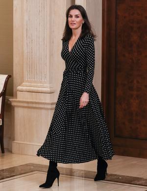 La reina Letizia, con un vestido de lunares paseando por Zarzuela