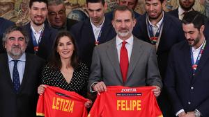 Los reyes con unas camisetas y el equipo español de balonmano en una recepción en Zarzuela