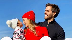 Natalia Sánchez y Marc Clotet celebrando el 2020 con su hija y el embarazo de la actriz