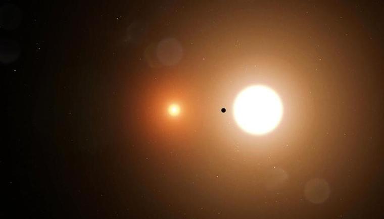 Representació del planeta que orbita un sistema binari