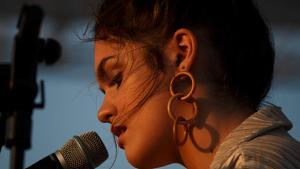 Amaia cantando en uno de sus conciertos