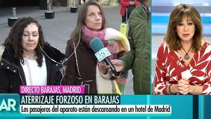 Ana Rosa Quintana entrevistando a dos pasajeros del vuelo de Air Canada