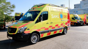 Imagen de archivo de varias ambulancias de Baleares frente a un hospital