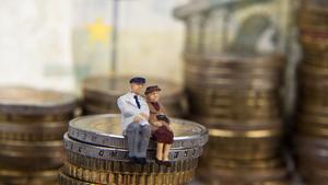 Imagend e la figura de dos personas mayores sobre monedas de dos euros