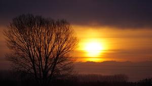 Sortida de sol entre núvols a Verges, al Baix Empordà