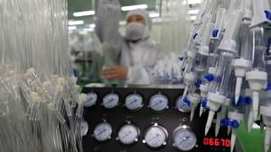Treballadors en una línia de producció de material mèdic per afrontar el coronavirus el febrer de 2020