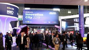 Pla general del Mobile World Congress 2019 amb centenars de persones