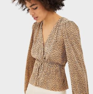 Blusa plisada con cuello de pico vendida por Stradivarius a un precio de 15,99 euros. Enero 2020.
