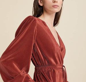 Camiseta plisada de cuello de pico roja, vendida por Stradivarius en la colección primavera-verano 2020